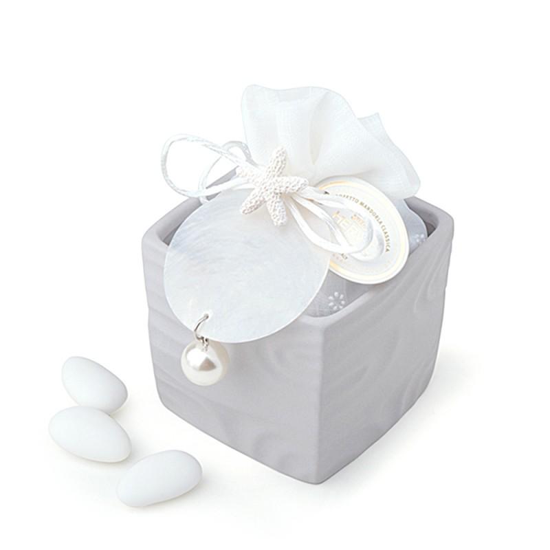 Candida Celiento - Hervit Creations, contenitore cubo in porcellana grigia con ciondolo e perla